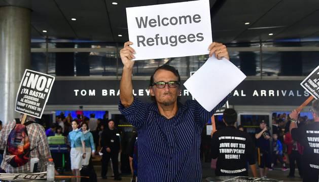 Foto de varias personas en una manifestación para protestar contra el veto migratorio.