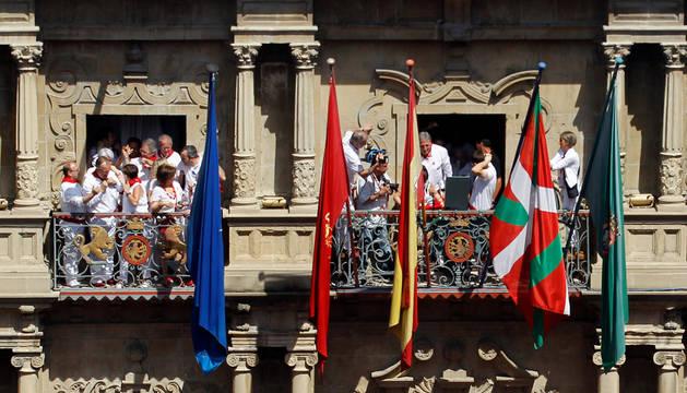 Imagen del balcón del Ayuntamiento de Pamplona, en el chupinazo de 2015, con la ikurriña junto a las banderas oficiales.