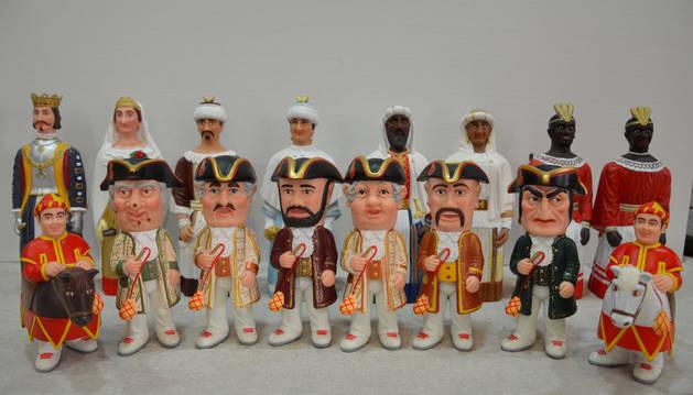 Imagen de los muñecos de los gigantes, kilikis y zaldikos de la Comparsa de Pamplona.