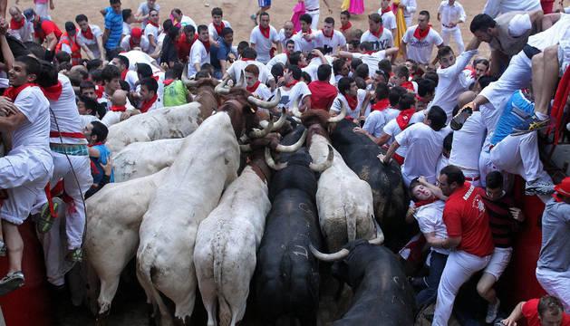 La instantánea recoge la llegada de la manada a la plaza de toros con el montón formado el 13 de julio de  2013.