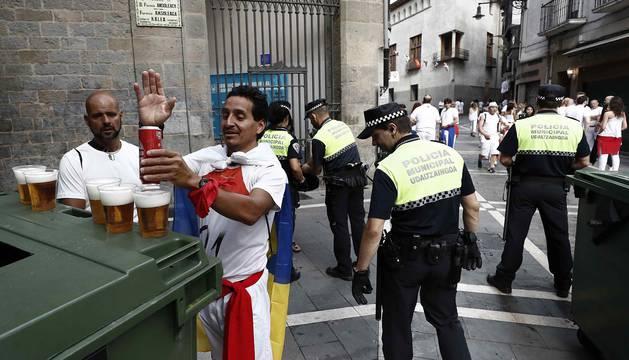 Control exhaustivo de la Policía Municipal para entrar en la plaza antes del chupinazo