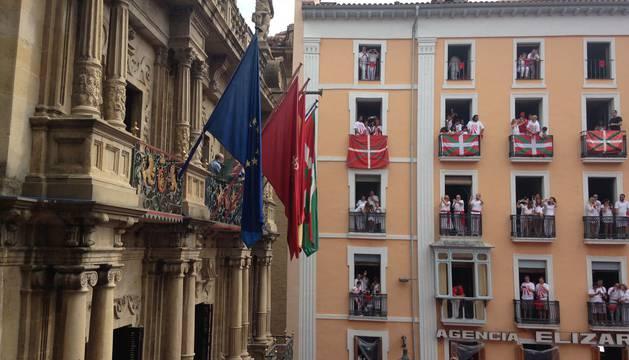 Colocada la ikurriña en la fachada del Ayuntamiento