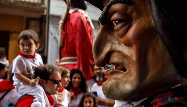 Fotos de la procesión en honor a San Fermín durante su recorrido por las calles del centro de Pamplona.