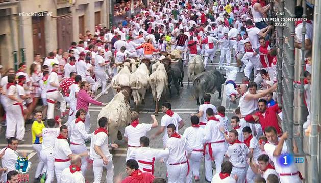 A la derecha, momento en que el mozo de Tafalla es corneado por el toro de Cebada Gago.