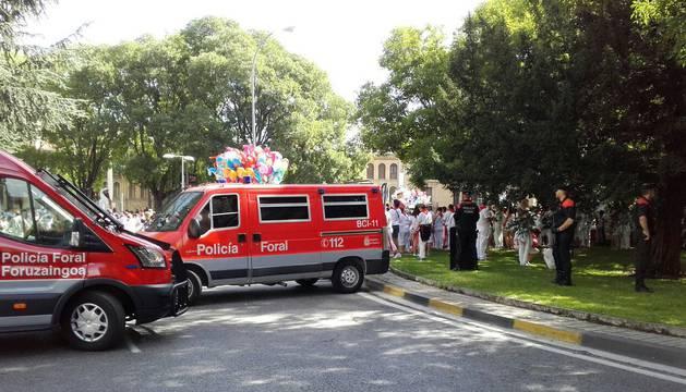 Imagen de agentes de la Policía Foral, este viernes, ante la procesión