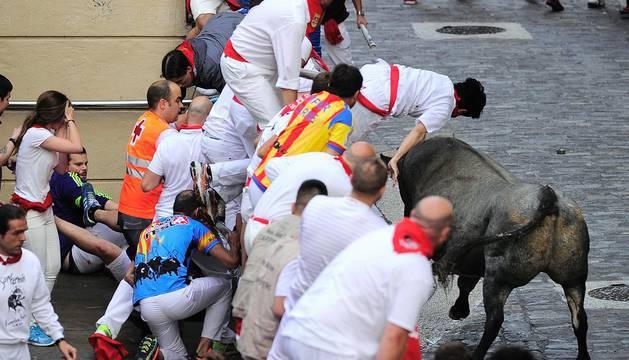 Imagen de un toro de José Escolar en el Ayuntamiento en el encierro de 2016.