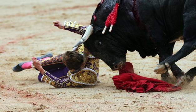 Román, tras ser cogido en el tercer toro de la corrida de Cebada Gago.