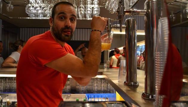 Foto de Iker Echavarren, de 37 años, camarero del bar Monasterio de Pamplona.