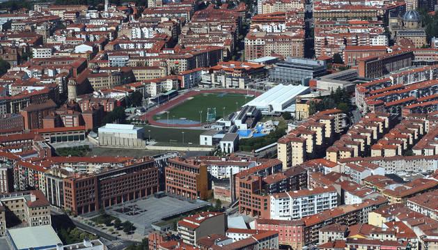 Vista aérea de viviendas en Pamplona, con el estado Larrabide en el centro.