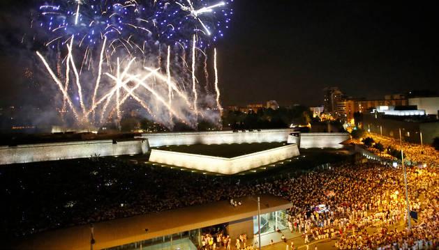 Imagen de miles de personas siguiendo los fuegos artificiales frente a la Ciudadela durante la noche del 6 de julio. Ese fue el momento en el que actuó al acusado.