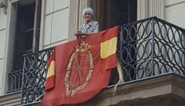 La abuela que ondea la bandera de España en San Fermín se hace viral