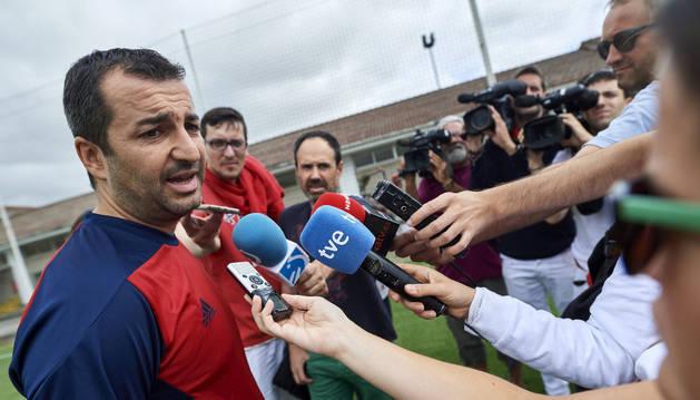 Diego Martínez atiende a los medios antes del primer entrenamiento de pretemporada