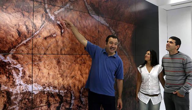 Los espeólogos Javier Busselo (i), Ainara Rodríguez (c), y Sergio Laburu (d), durante la presentación de una serie de hallazgos arqueológicos de arte parietal paleolítico en la cueva de Aitzbitarte IV de Errenteria.
