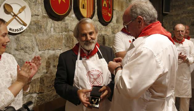 Napardi reconoce al escultor Carlos Ciriza con su 'Gallico de Oro' 2017