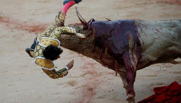 Cogida a Roca Rey en la ingle al entrar a matar al último toro
