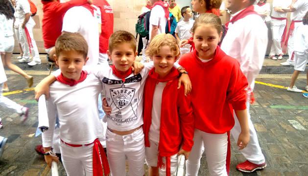 Iker y Ander Muiño (primero y segundo izquierda), en el encierro txiki con sus amigos.