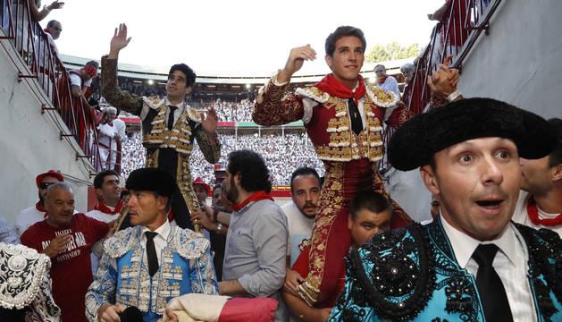 López Simón y Ginés Marín saliendo a hombros por la puerta grande