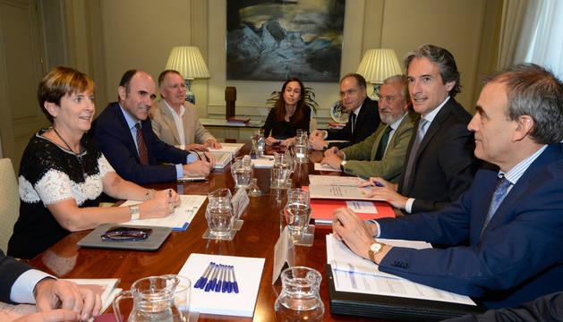 Imagen de la reunión celebrada entre representantes del ministerio de Fomentos y los gobiernos del País Vasco y Navarra.