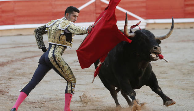 Alejandro Talavante con el toro al que le cortó la oreja