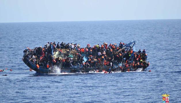 Fotografía facilitada por la Marina Militar italiana que muestra el vuelco de una embracación en mayo.