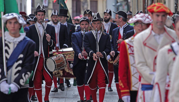 La banda muncipal de txistularis precedía este viernes a la corporación en su trayecto desde el Ayuntamiento hasta la iglesia de San Lorenzo.