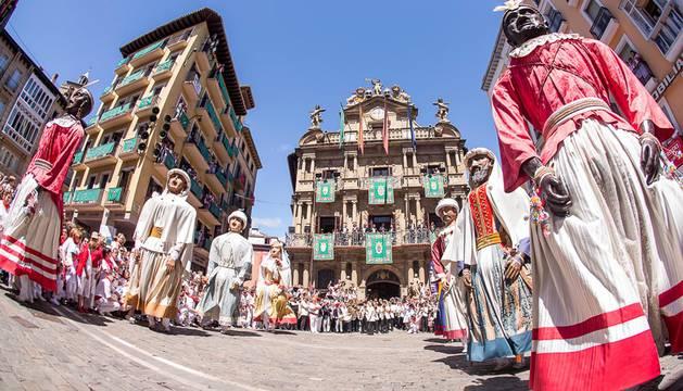 Imágenes de la despedida de los gigantes desde la plaza del Ayuntamiento de Pamplona.
