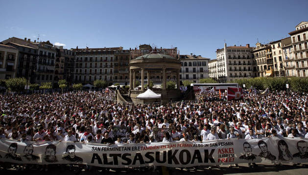Miles de personas se han manifestado este viernes en la plaza del Castillo para apoyar a los detenidos por la agresión en Alsasua.