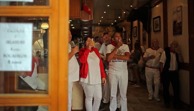 La gente fue fiel a la hora del vermut en los bares del Casco Viejo.