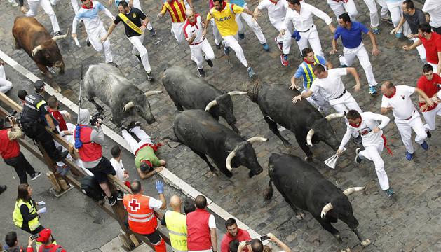 Los Miura, seis toros a propulsión en el último encierro de San Fermín