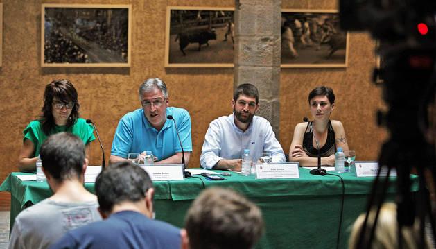Desde la izquierda, en la rueda de prensa de ayer, Maider Beloki (Bildu), edil de Cultura; el alcalde Joseba Asiron (Bildu); Aritz Romeo (Bildu), edil de Seguridad Ciudadana y Laura Berro (Aranzadi), edil de Igualdad
