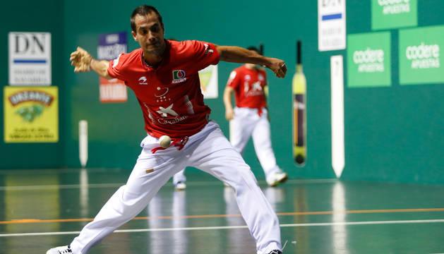 Oinatz Bengoetxea golpea a una pelota durante uno de los partidos de la feria en el Labrit.