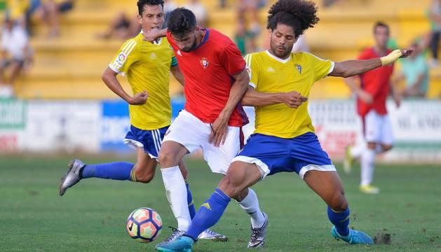 Aridane, central del Cádiz, defiende una llegada de Kenan Kodro durante un amistoso de la pasada pretemporada.