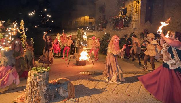 Foto de los vecinos de Bargota representan el Akelarre el sábado por la noche en la plaza del Olivo.