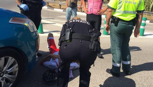 El triatleta Jesús Gomar, en el suelo tras ser atropellado en Valencia.