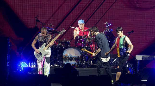 El grupo estadounidense Red Hot Chili Peppers, durante su actuación esta noche en el Festival Internacional de Benicassim.