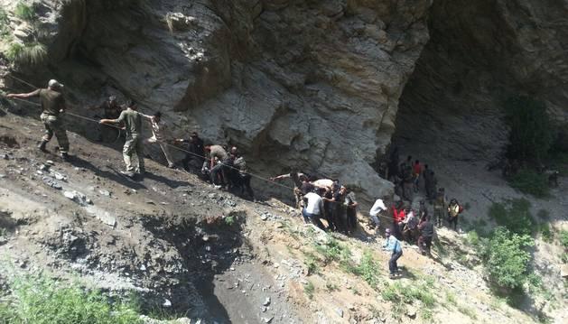 Rescate tras despeñarse un autobús de peregrinos en la India.