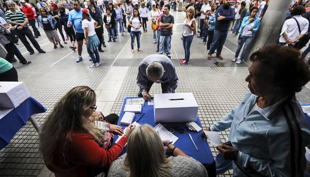 Abren los centros de votación para el referéndum contra Maduro en Venezuela
