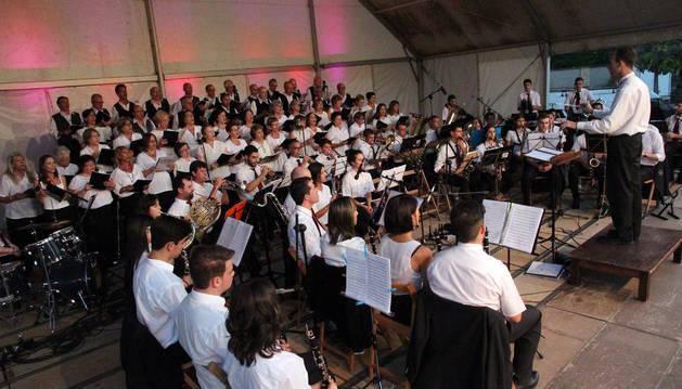 Las voces del Coro de Tudela Joaquín Gaztambide se unieron a las melodías interpretadas por la Banda de Música de Ablitas bajo la batuta de José Mari Lafuente.