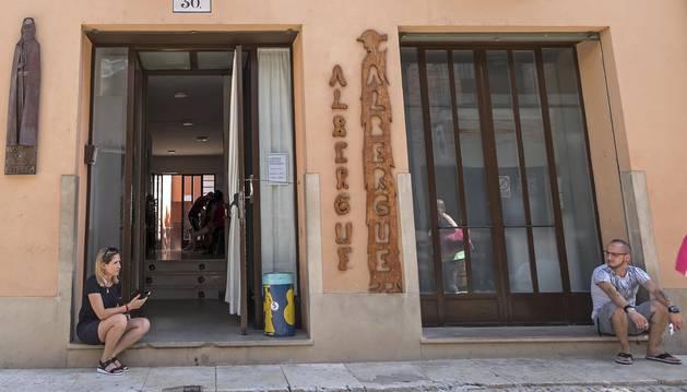 Foto de los peregrinos, ayer en el acceso al albergue municipal de Estella.
