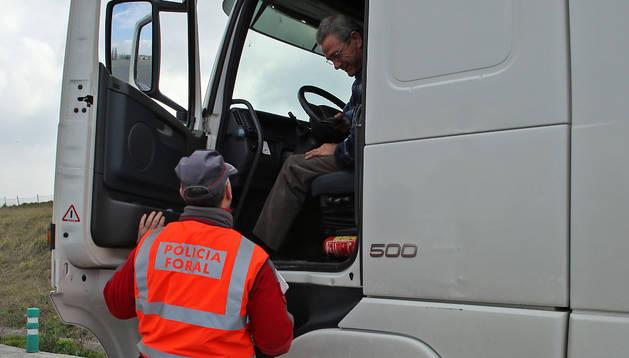 Un agente de Policía Foral durante la inspección a un camión en el peaje de Imárcoain.