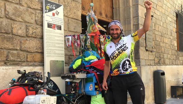 Matyas Amaya, con su bicicleta, el lunes en Pamplona.