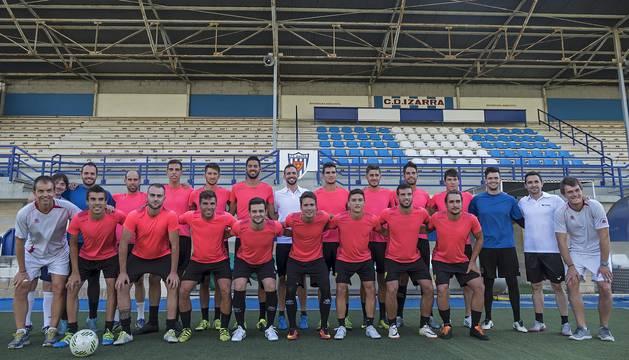 Foto de la primera plantilla del Club Deportivo Izarra ayer antes del primer entrenamiento de la temporada.
