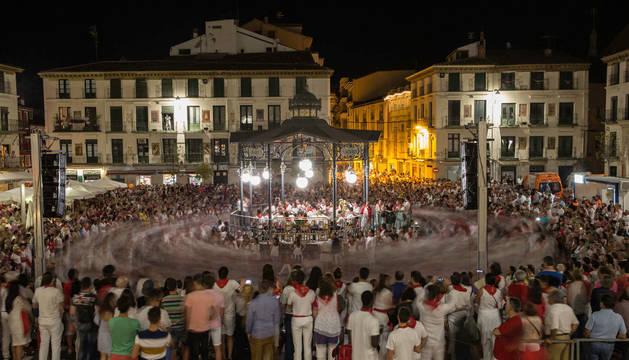 Imagen del baile de la Revoltosa en la plaza de los Fueros de Tudela.