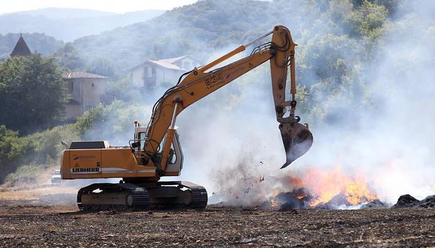 Los bomberos trabajan para sofocar un incendio forestal en Anoz, en el valle de Ollo