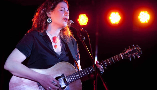La cantautora estadounidense Dayna Kurtz, durante un concierto.