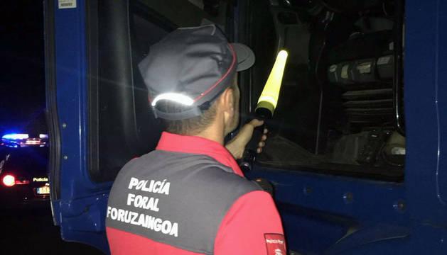 Un policía foral, junto al camión retenido en Sunbilla.