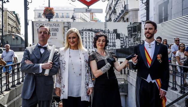 Foto de la presidenta de la Comunidad de Madrid, Cristina Cifuentes, posa durante el acto de conmemoración del centenario del comienzo de las obras de Metro de Madrid.