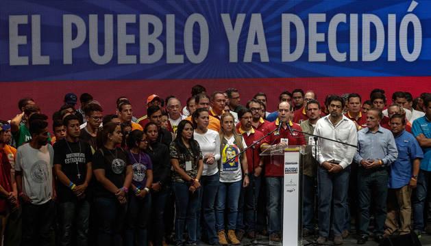 Varios miembros de la oposición venezolana, tras conocer los resultados del plebiscito.