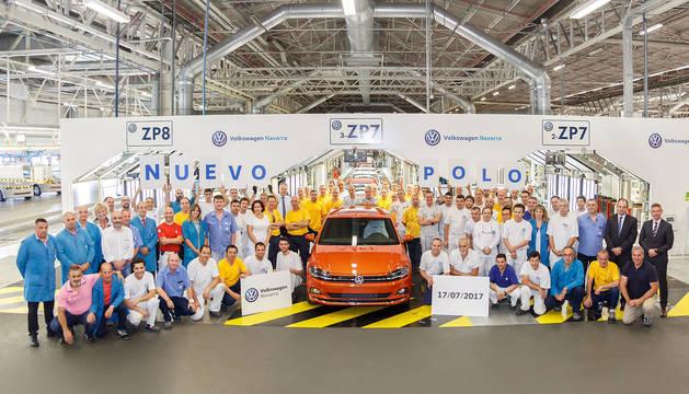 Trabajadores de Volkswagen Navarra, junto al primer nuevo Volkswagen Polo tras el inicio de la producción en serie.