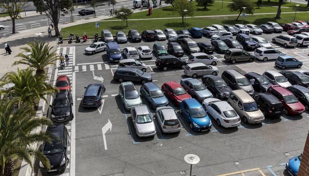Foto del aparcamiento del Centro de Especialidades Príncipe de Viana durante la mañana de ayer, completo y con varios vehículos intentando estacionar.